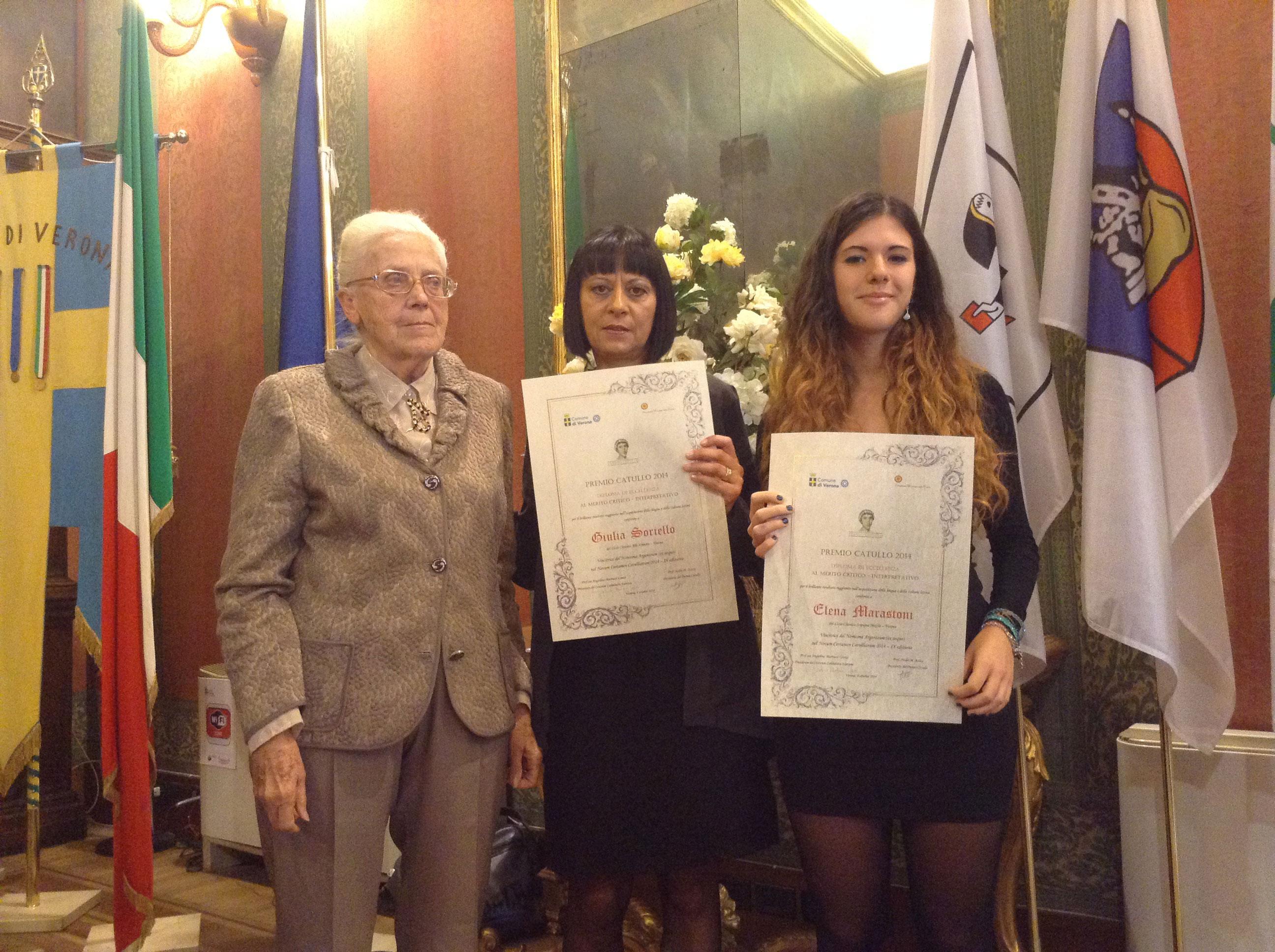 La professoressa Angiolina Lanza con gli alunni vincitori del Premio Catullo