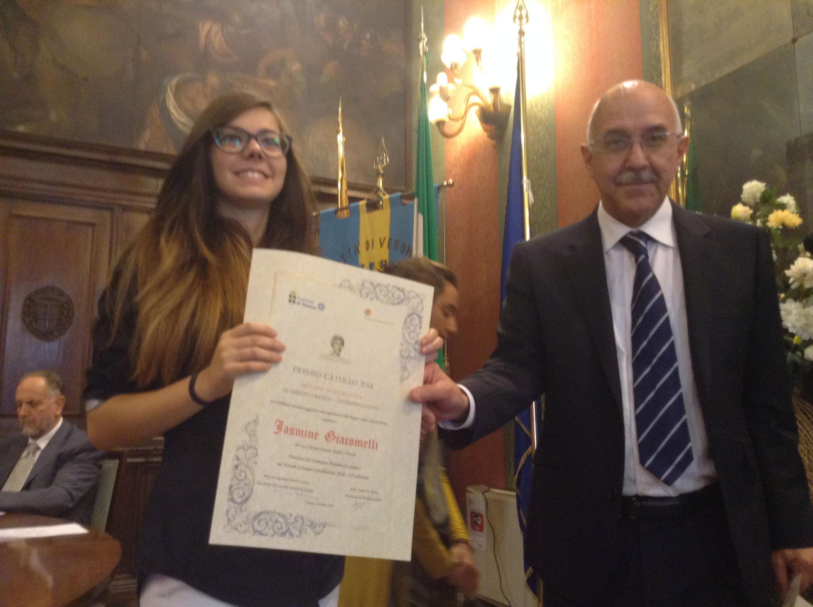 Stefano Quaglia con una vincitrice del Premio Catullo
